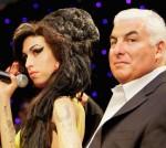Mitch Winehouse prie Amy vaškinės statulos