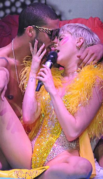 Miley Cyrus (dešinėje)