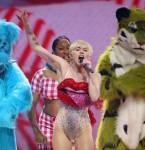 Miley Cyrus (centre)
